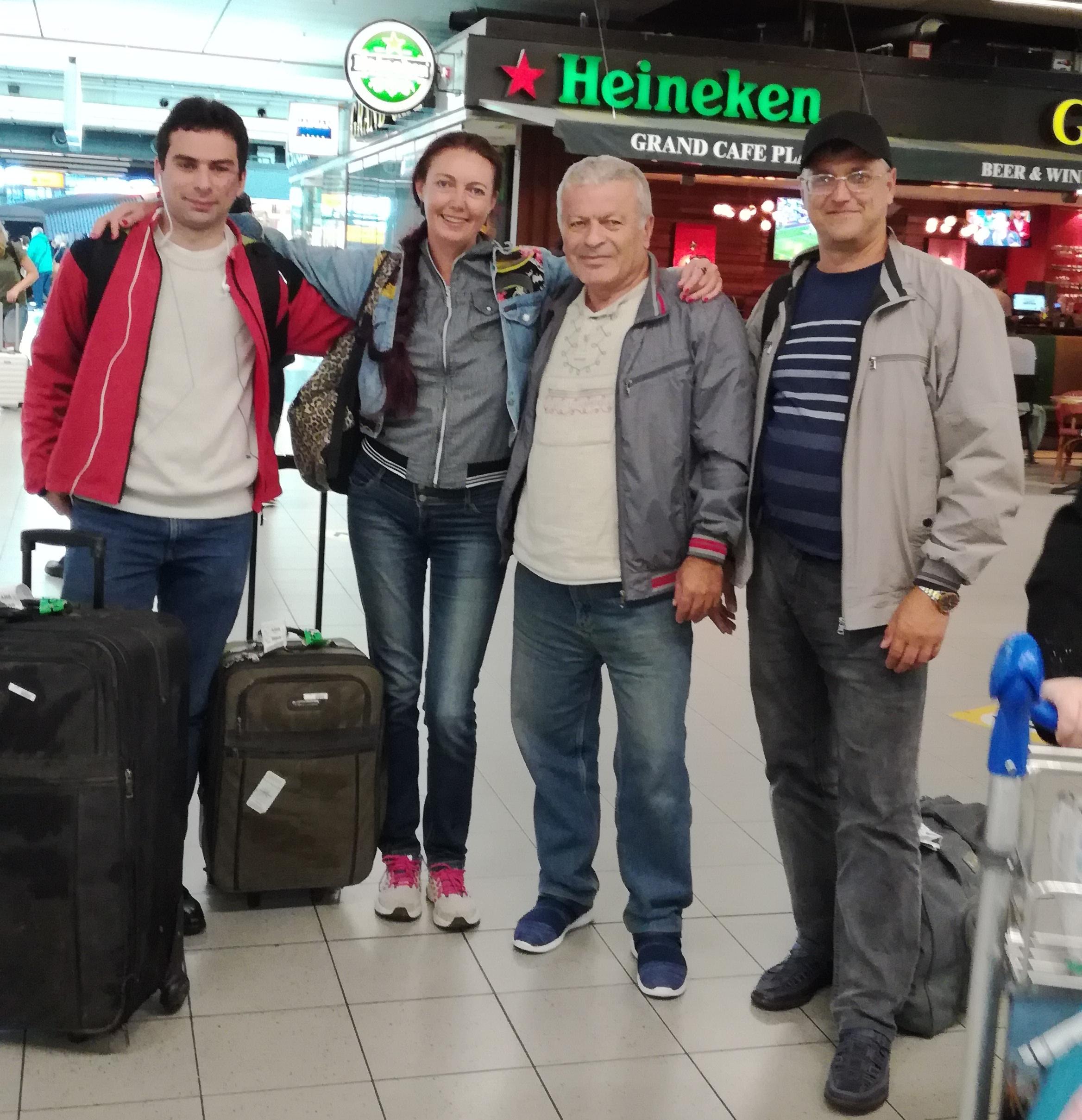 Андрюха нас встречает в аэропорту.